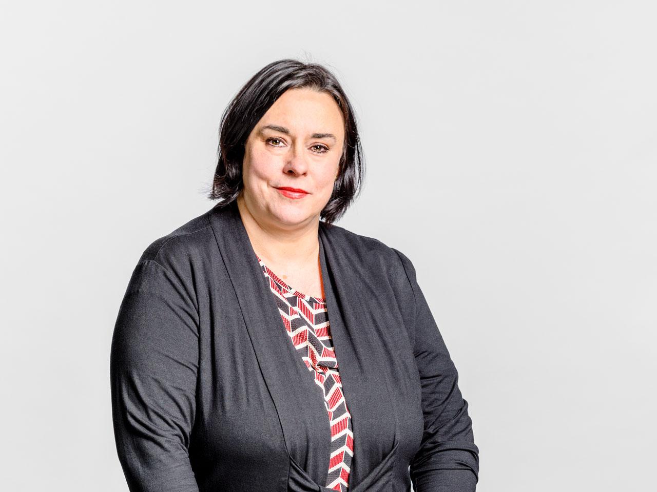 Portrait einer Frau vor grauen Hintergrund