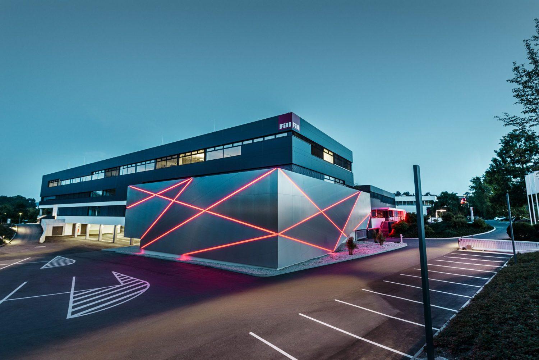 Ein Firmengebäude am Abend
